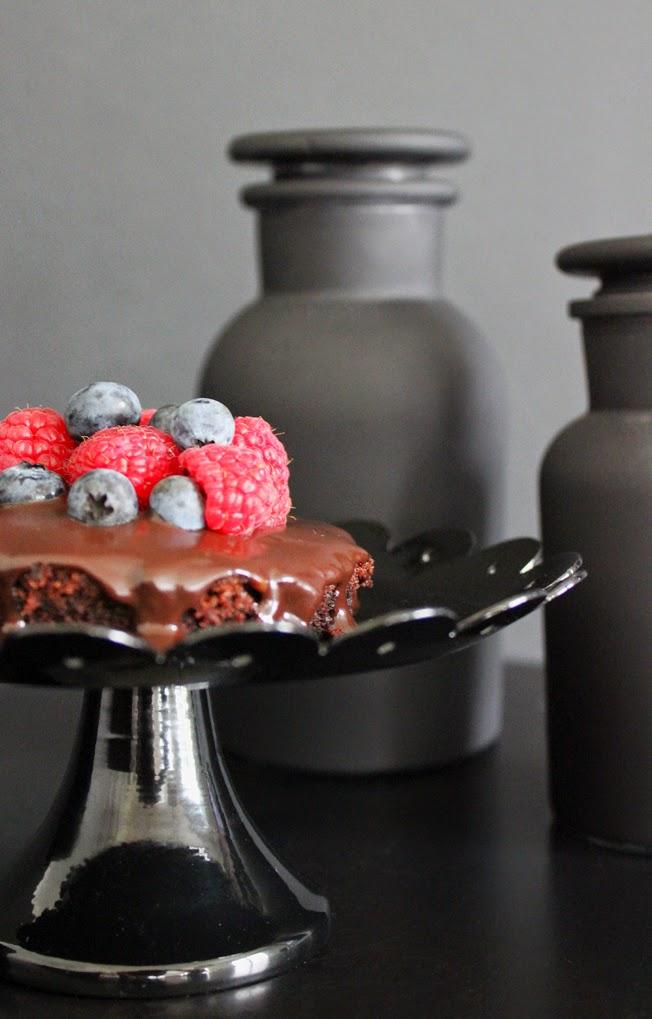 Dark Chocolate Brownie, Ganache, Beeren, Rezept, schwarze Tortenplatte
