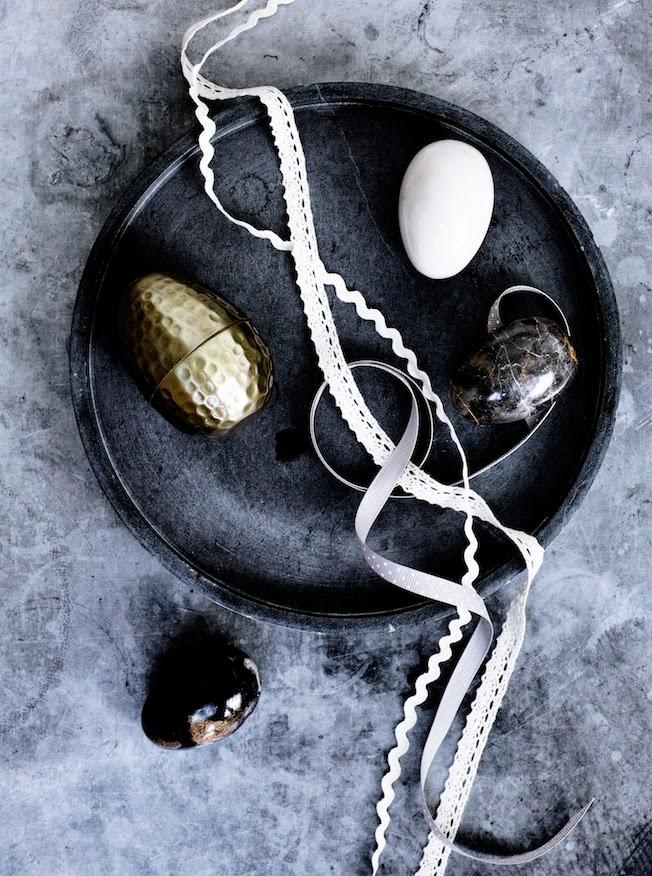 Osterdekoration, schwarze Schale, goldenes Ei, Bänder