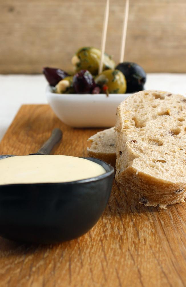 Rezept-Aioli-schnell-selbstgemacht-Foodblog-jennadores-Blog-Brot-Oliven-Rotwein-Tapas-spanisch-nah