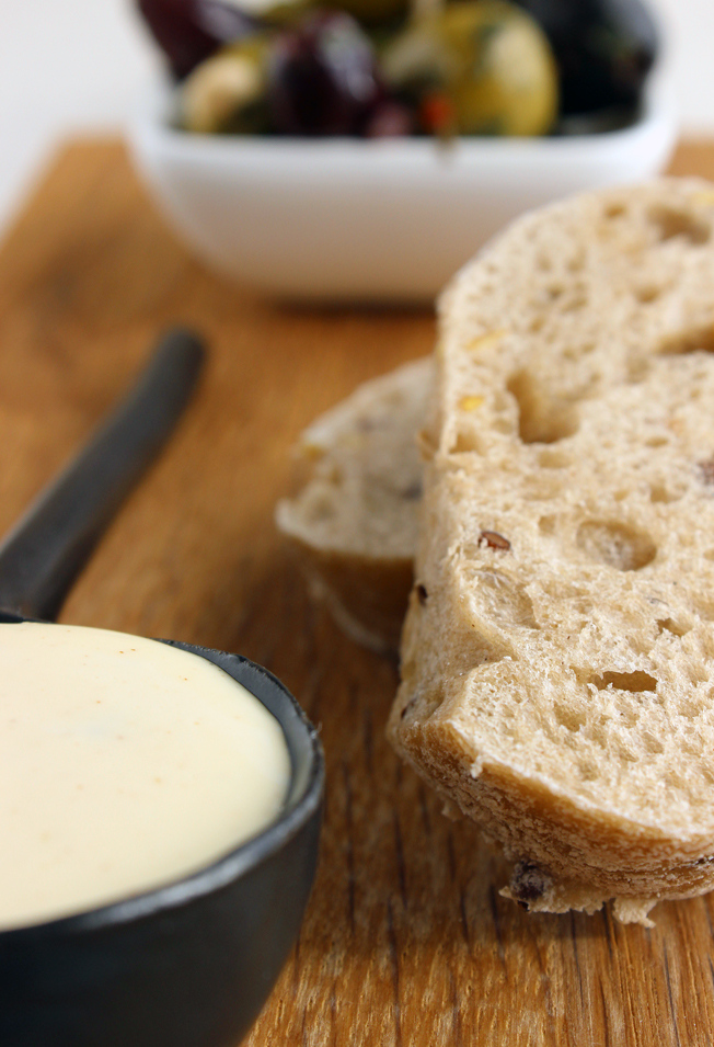 Rezept-Aioli-schnell-selbstgemacht-Foodblog-jennadores-Blog-Brot-Oliven-Rotwein-Tapas-spanisch-nah2