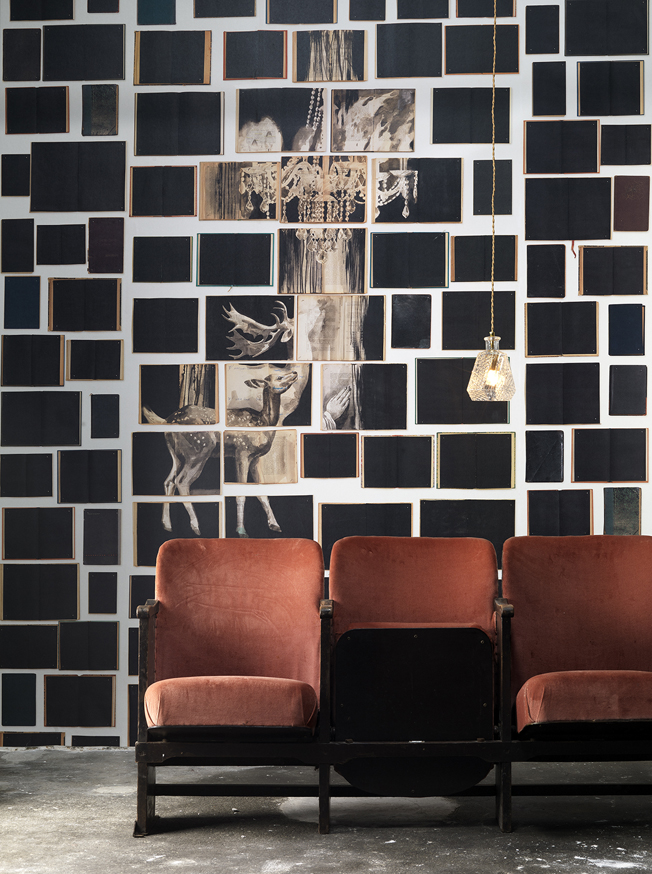 "3 panels @ 48,7 cm = width 146,1 cm x 330 cm (4,8 m2)3 panels @ 19"" width = 4.75' x 10,8' (86.5 SqFT)"