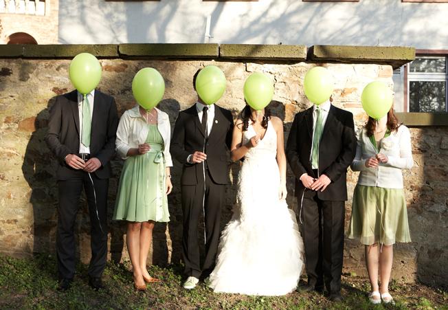 Hochzeit-jennadores-hochzeitsbild-ballons-greenwedding-gruppe