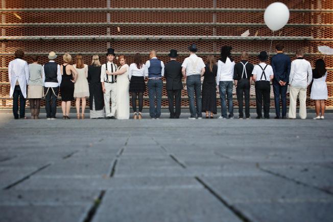 Hochzeit-schwarz-weiß-blog-jennadores-farbkonzept-wedding-black-and-white-dresscode-Gäste-Gruppenfoto-Idee-1