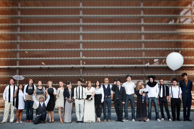 Hochzeit-schwarz-weiß-blog-jennadores-farbkonzept-wedding-black-and-white-dresscode-Gäste-Gruppenfoto-Idee