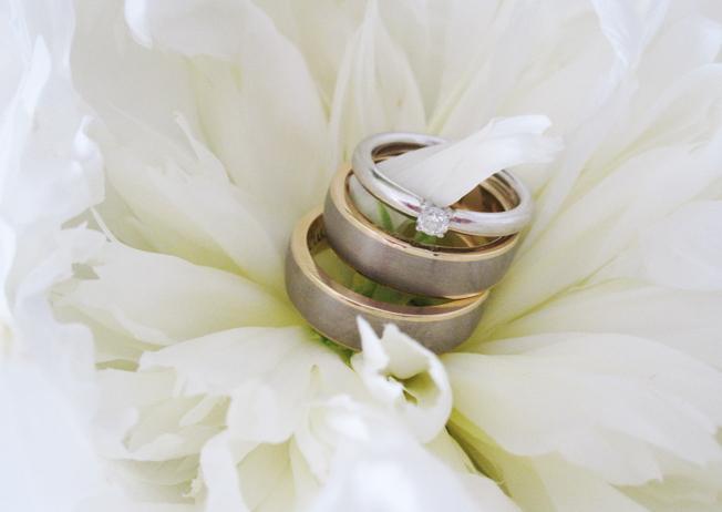 Hochzeit_Ringe-graviert-innen-Pfingstrosen-Peonies-Blog-jennadores-quer