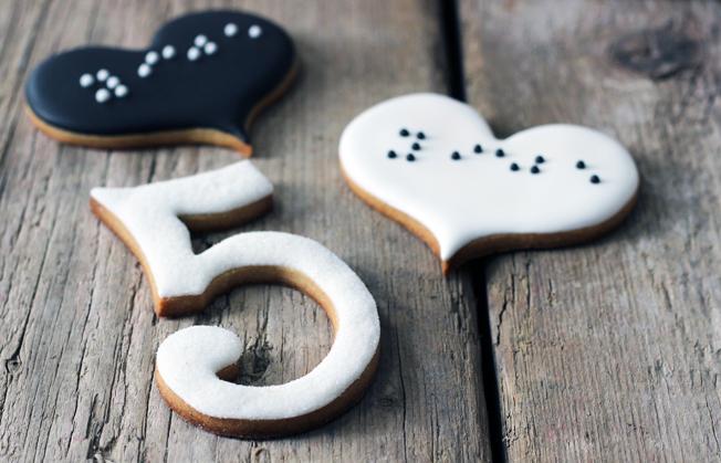 Kekse-Zahl-Herz-schwarz-weiß-Cookies-Blog_jennadores-Zuckermariechen-Hochzeitskekse-Fondant-Glitzerzucker-weiß
