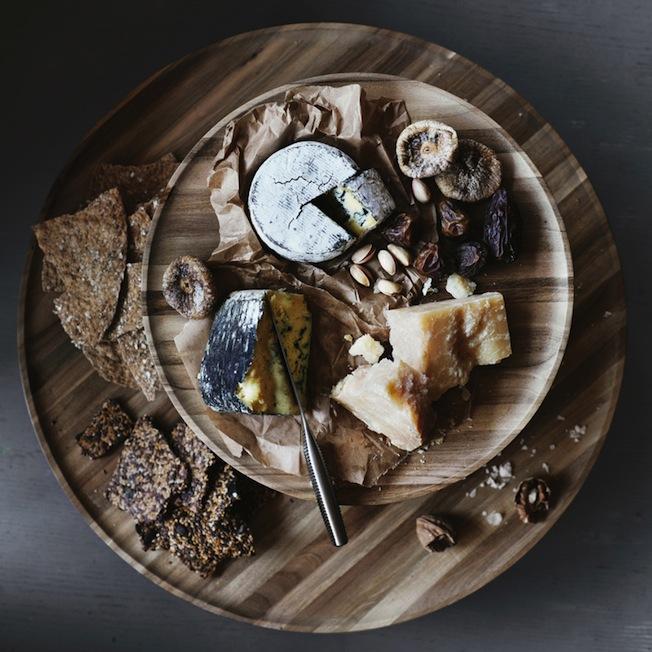 Ikea-Skogsta-Blog-Jennadores-Wood-Holzbrett-rund-Küche-Käseplatte-Stilllife