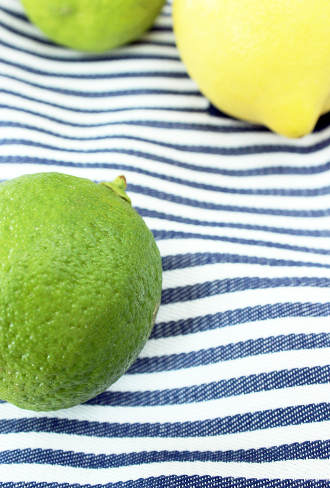 Zitronen-Limonade-mit Ingwer-Rezept-hausgemacht-homemade-Blog-Jennadores-Limetten-Zitrone-blau-weiße-Serviette-aus Stoff-1