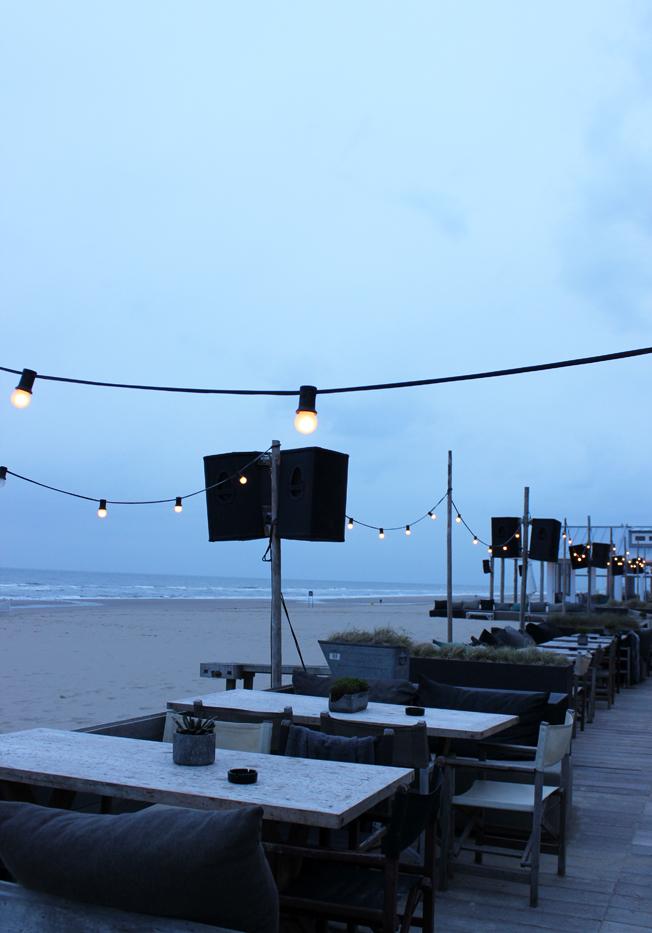 Branding-Beachclub-Noordwijk-Blog-Jennadores-Außen-Terasse-Holz-Meerblick-Strand-Noordsee-Holland