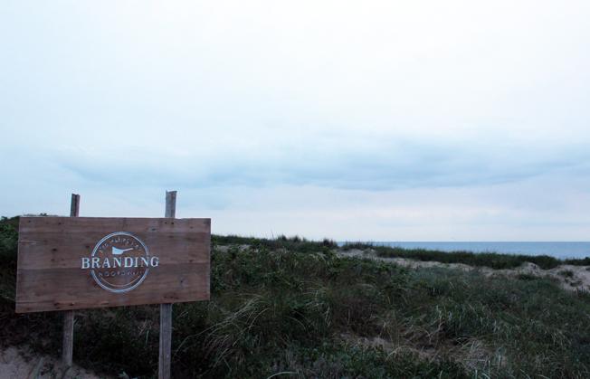 Branding-Beachclub-Noordwijk-Blog-Jennadores-Schild-Holz-Düne-Noordsee-Holland