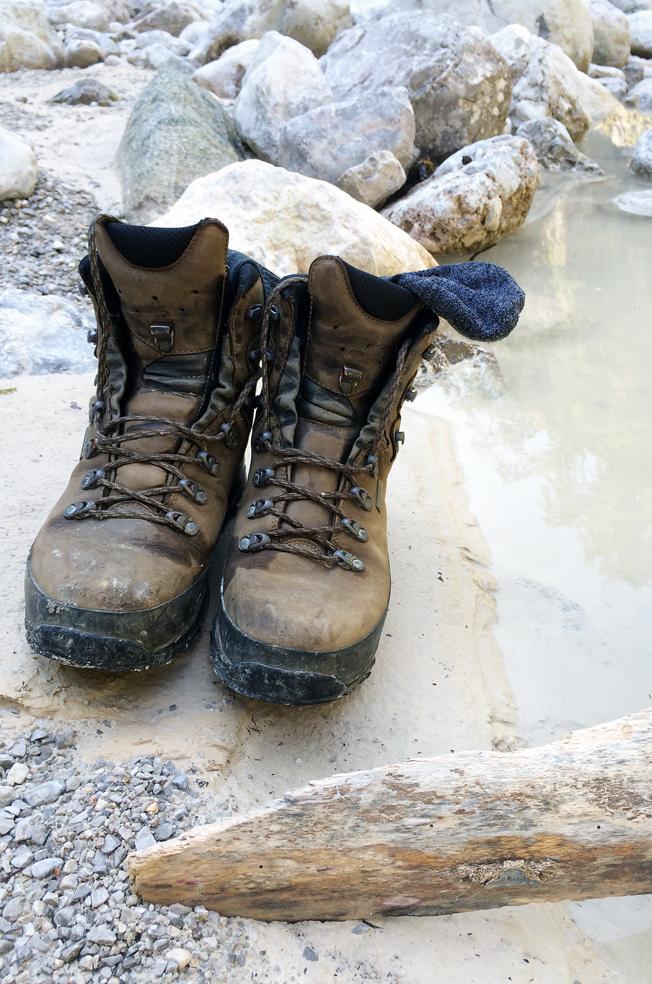 Jennadores-Urlaub-in-den-Alpen-Wanderschuhe-am-Fluss-Blog-Wandern