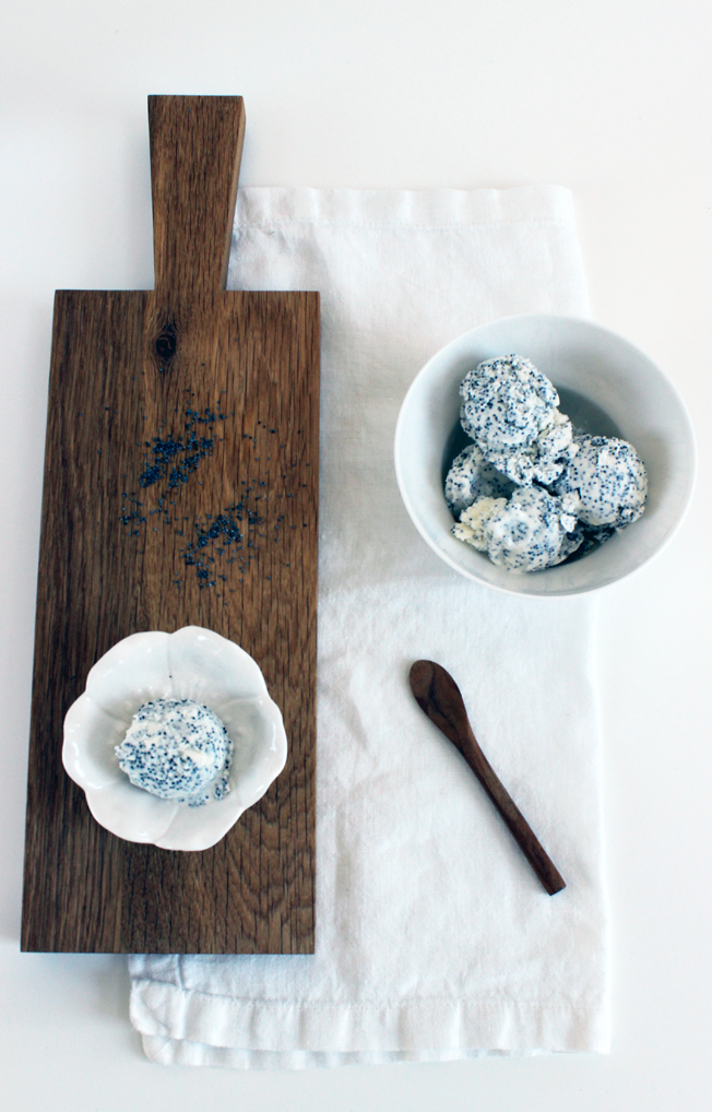 Rezept-Mohneis-selbstgemacht-Eismaschine-Nachtisch-schwarz-weiß-Blog-Jennadores-Holzbrett-Styling