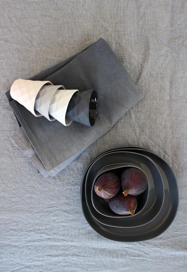 Tablesetting-Wohnbeiwerk-Blog-Jennadores-gedeckter-Tisch-Tischdekoration-in-grau-Teller-Hübsch-Interior-Geschirrtuch-ombre-Kerzenhalter-Bloomingville