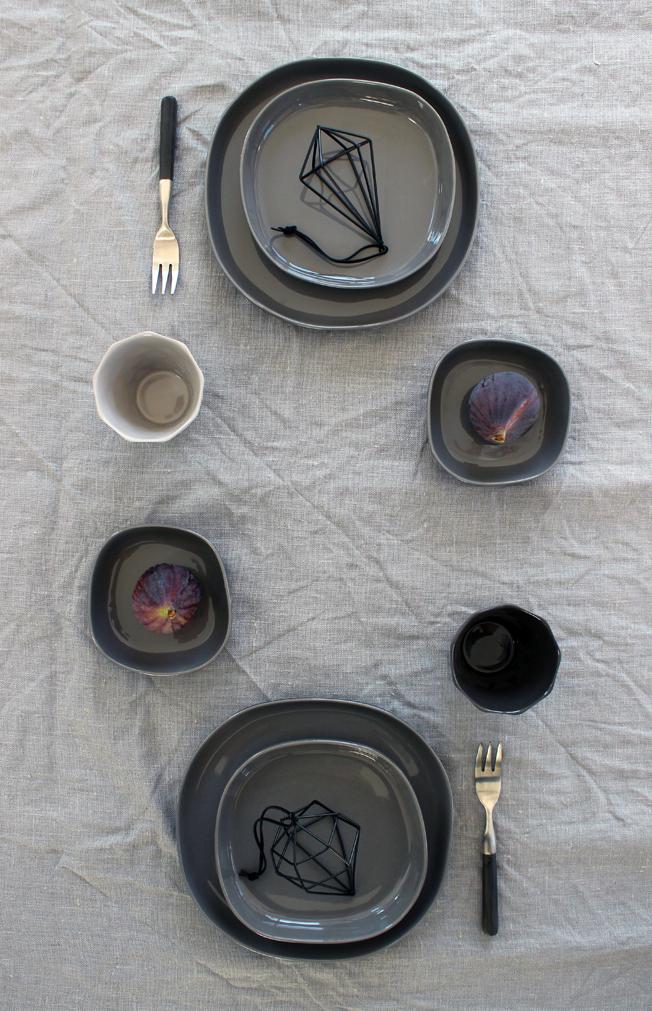 Tablesetting-Wohnbeiwerk-Blog-Jennadores-gedeckter-Tisch-Tischdekoration-in-grau-Teller-Hübsch-Interior-Kerzenhalter-Bloomingville-Besteck-Lambert-Feigen