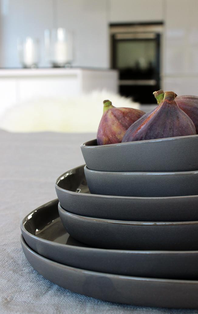 Tablesetting-Wohnbeiwerk-Blog-Jennadores-gedeckter-Tisch-Tischdekoration-in-grau-Teller-Hübsch-Feigen-Küche-Inspiration-offene-Küche