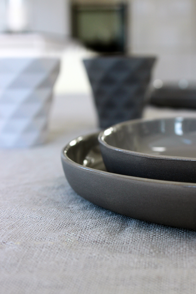 Tablesetting-Wohnbeiwerk-Blog-Jennadores-gedeckter-Tisch-Tischdekoration-in-grau-Teller-Hübsch-Interior-Kerzenhalter-Bloomingville
