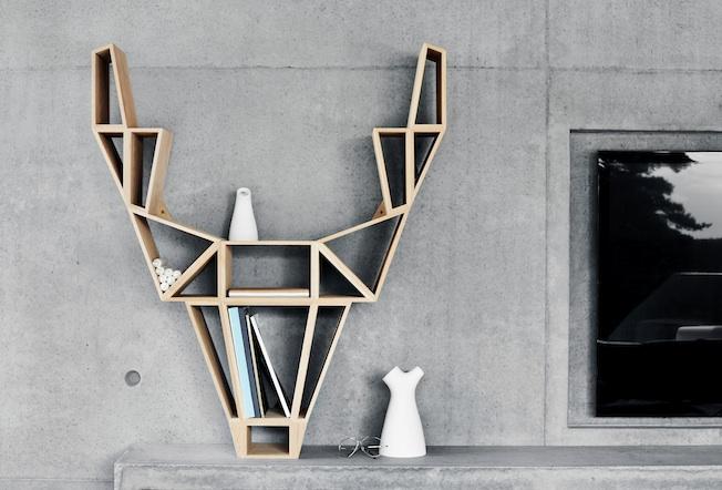 Bedesig-Deer-Blog-Jennadores-Wood-Buchregal-Rentier-Design-Holz-vor-Betonwand-Beton-und-Holz
