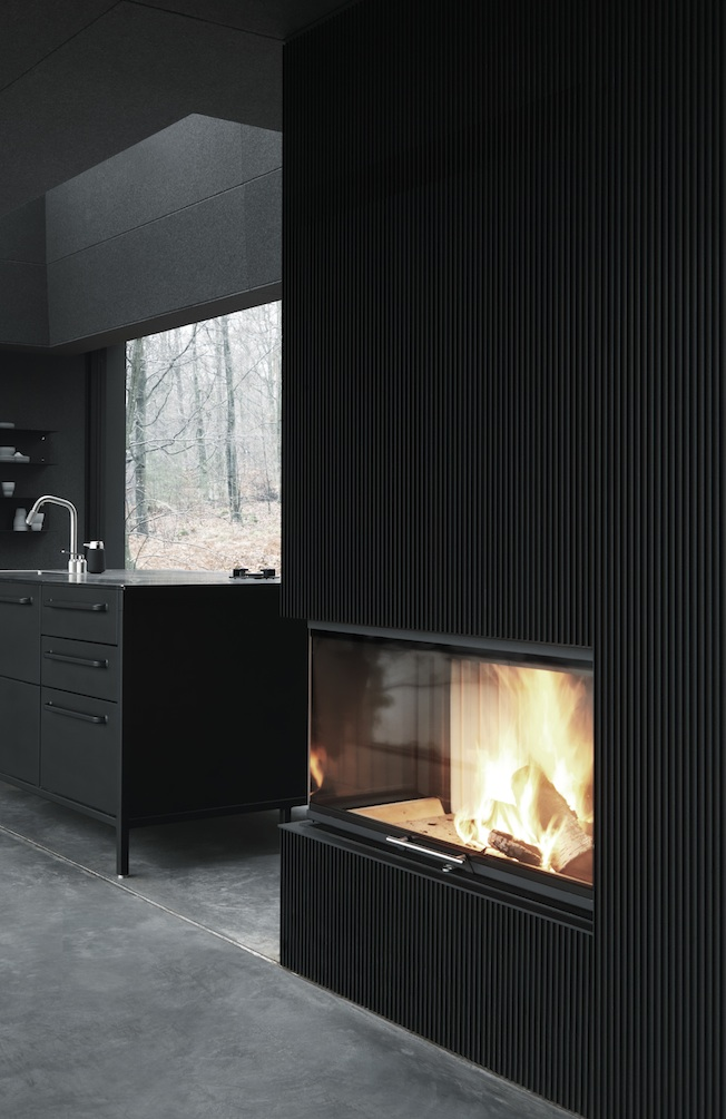 Vipp-Shelter-Kamin-Blog-Jennadores-Fireplace-black-wall-schwarze-Wand