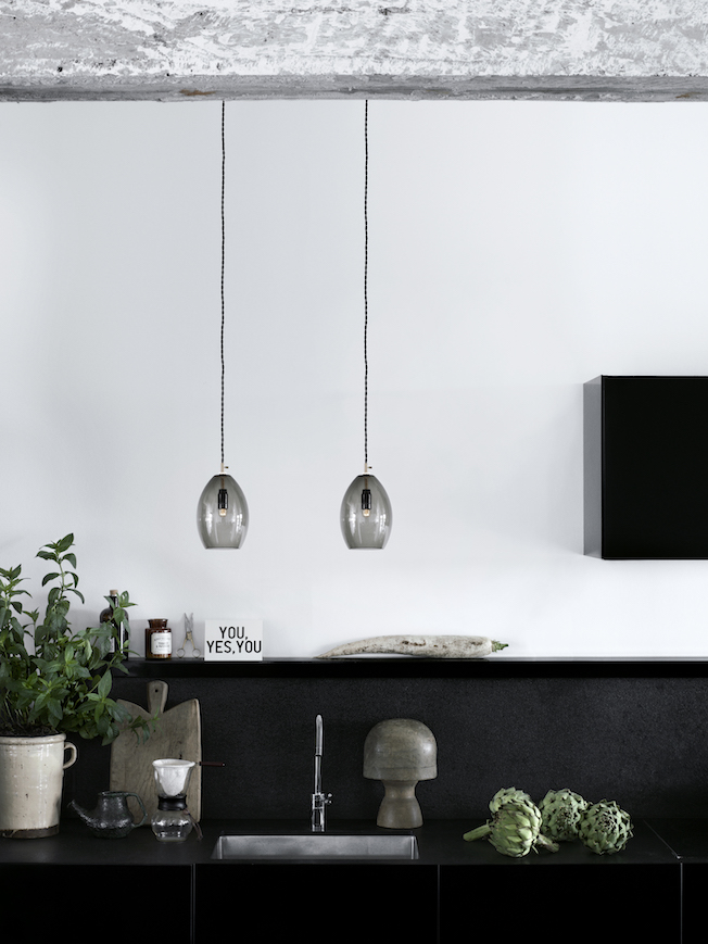 Northern-Lightning-Unika-Lampe-Blog-Jennadores-grey_kitchen-High-res_Photo_Chris-Tonnesen