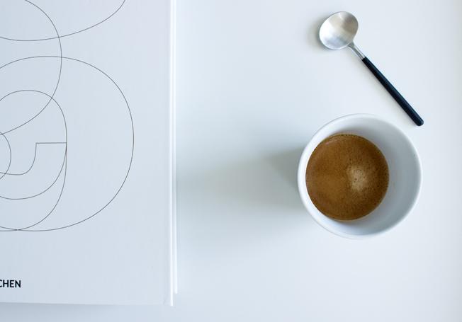 Hay-Beistelltisch-weiß-60x60-Blog-Jennadores-Couchtisch-Coffetablebook-Espresso