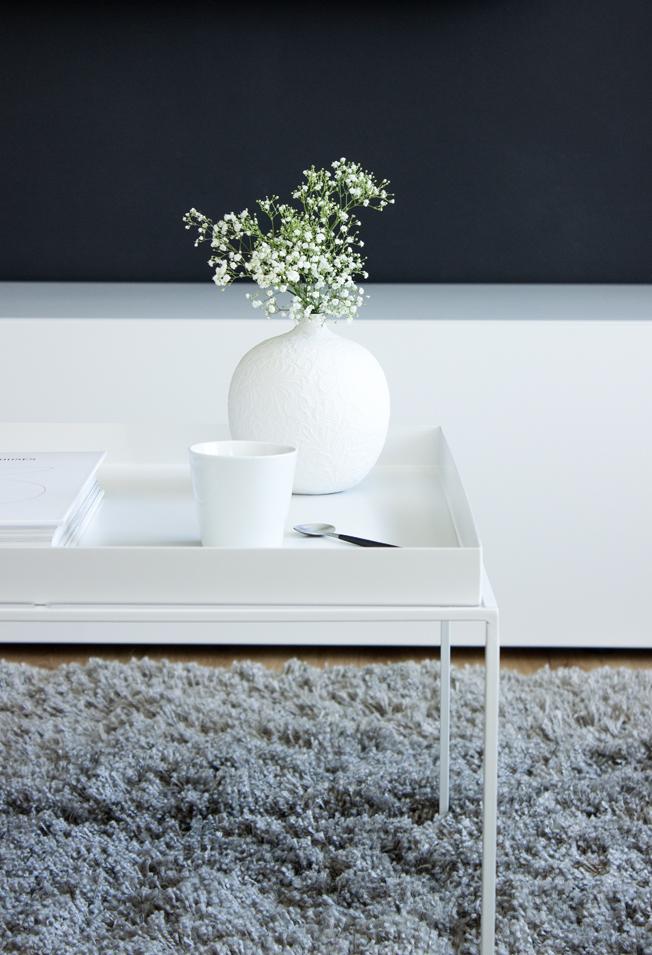Hay-Beistelltisch-weiß-60x60-Blog-Jennadores-Couchtisch-metall-Vase-Zara-Babybreath
