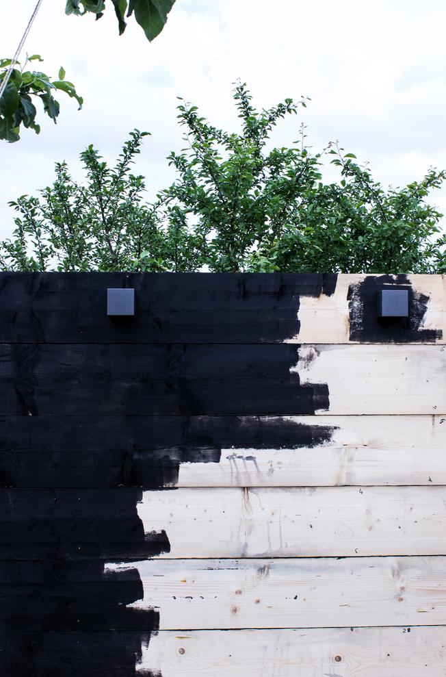Schwarze-Holzwand-Garten-selbstgebaut-Sichtschutz-mit-Lampen-Blog-Jennadores-Vorschau