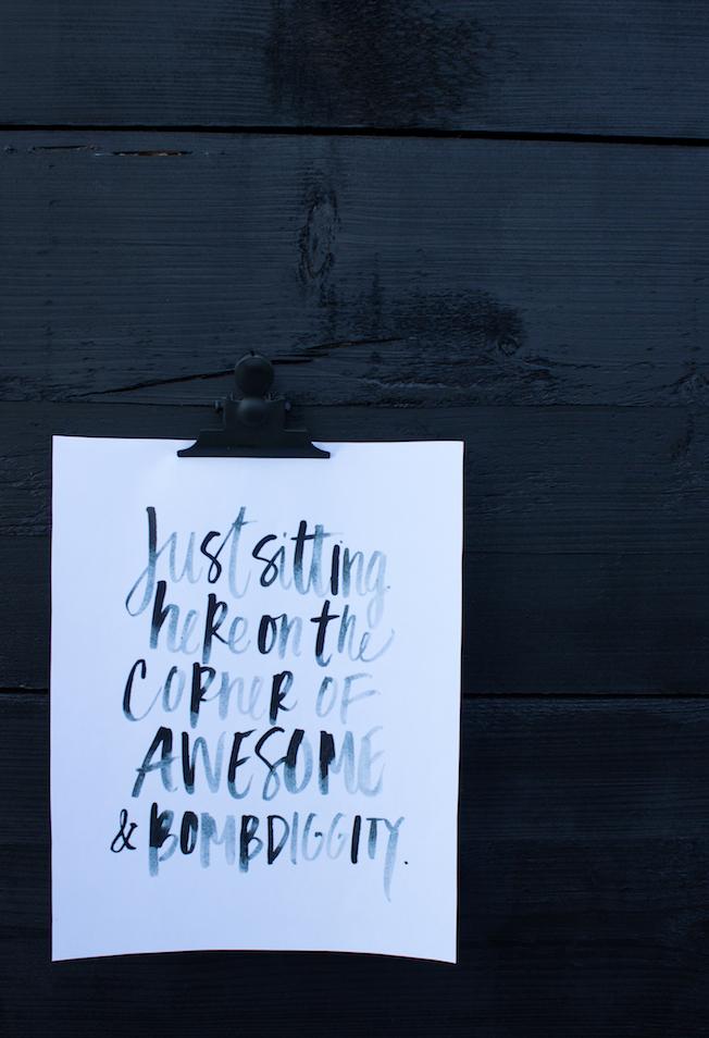 Blog_Jennadores-Outdoor-Print-Poster-schwarze-Holzwand-Garten