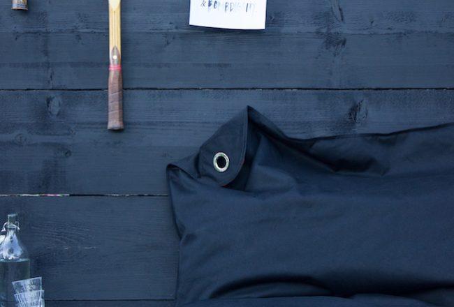 Sitting-Bull-Sitzsack-schwarz-Blog-Jennadores-Outdoorsitzsack-schwarze-Holzwand