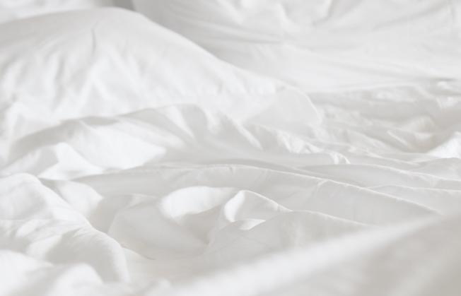 Boxspringbett-weiße-Bettwäsche-Blog-Jennadores_Dormando