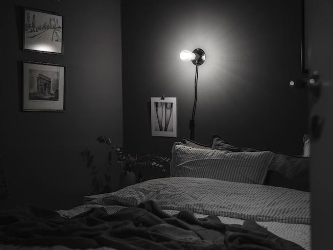 Wohnen, Industriegebäude, Schlafzimmer, dunkelgraue Wand