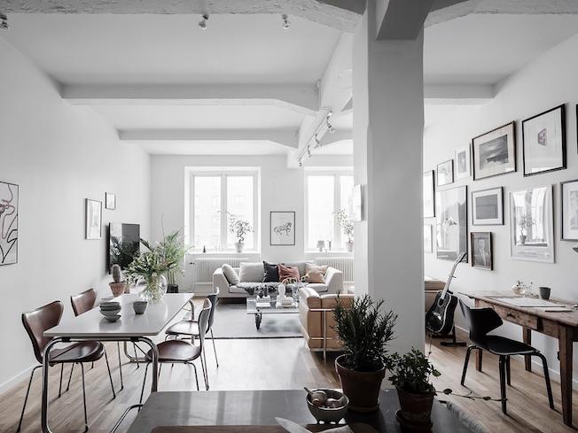 Wohnen, Industriegebäude, Essbereich im Wohnzimmer, weiße Wände