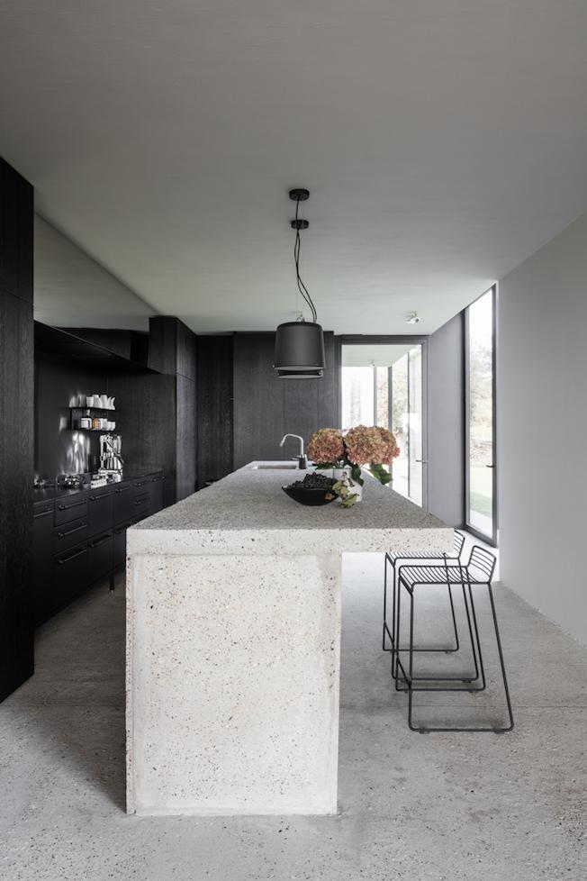 The Bunkers, Knokke-Heist, Bed & Breakfast, Küche, schwarz, Vipp, Tresen, Beton