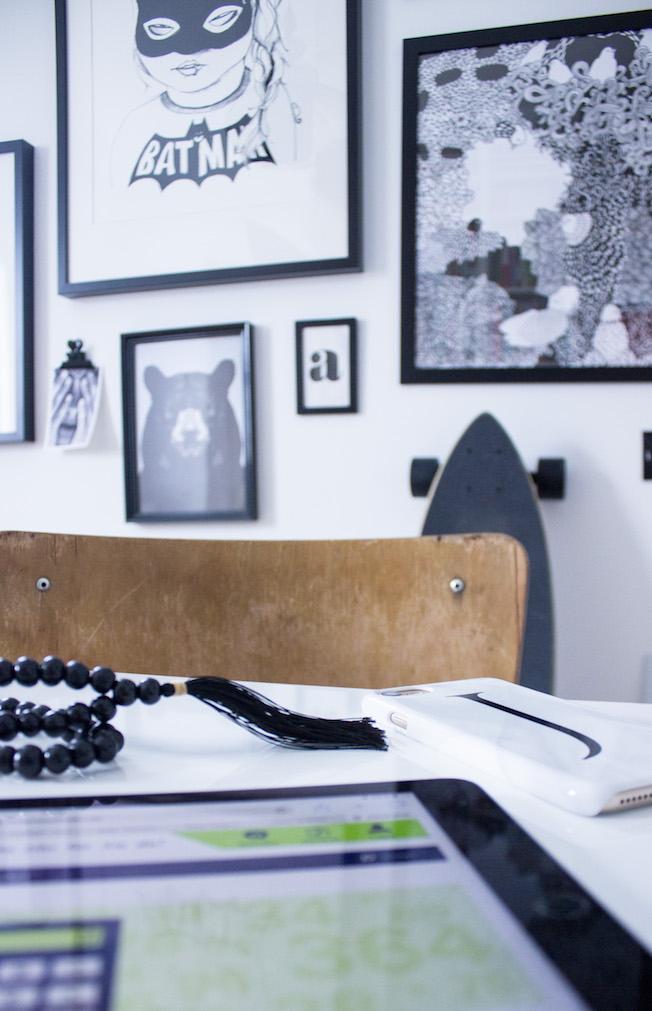 Hausratversicherung, Beitragsrechner, CosmosDirekt, Schreibtisch, Macbook, Bilderwand, Homeoffice, schwarz-weiß