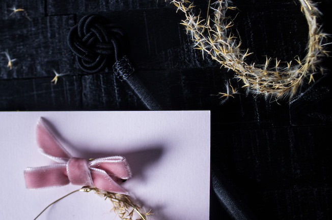 Weihnachtskarte, altrosa, goldener Drahtkranz mit Gräsern, Samtschleife